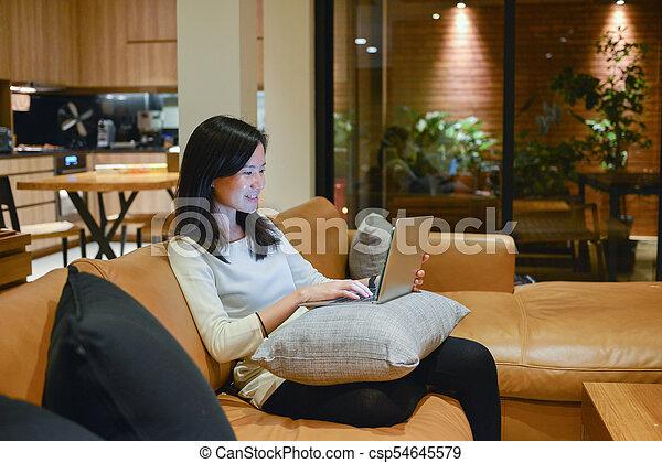 żyjący, kobieta, pokój, handlowy, laptop, dokumenty, noc, używając, szczęśliwy - csp54645579