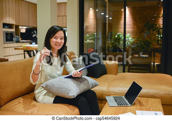 żyjący, kobieta, pokój, handlowy, laptop, dokumenty, noc, używając - csp54645924