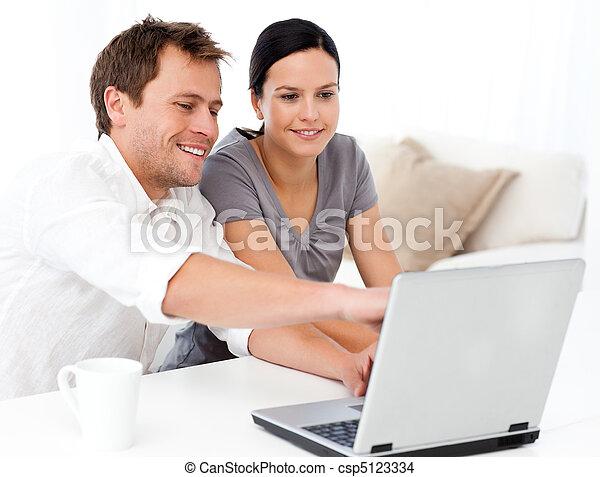 żyjący, laptop, jego, ekran, coś, sprytny, pokaz, sympatia, człowiek, pokój - csp5123334