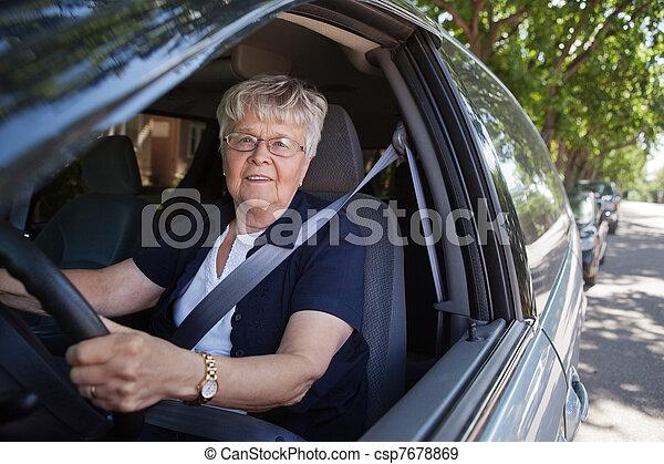 άμαξα αυτοκίνητο γυναίκα , γριά , οδήγηση  - csp7678869