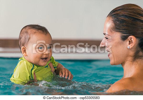 αγόρι , δικός του , μητέρα , μωρό , χαμογελαστά , κερδοσκοπικός συνεταιρισμός , κολύμπι  - csp53305583