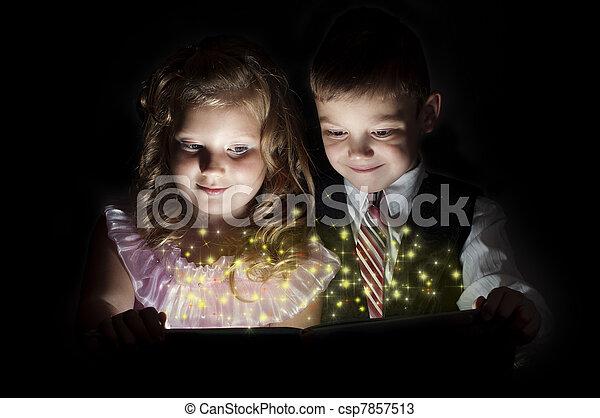 αγόρι , κορίτσι , βιβλίο , μαγεία , ανακαλύπτω  - csp7857513