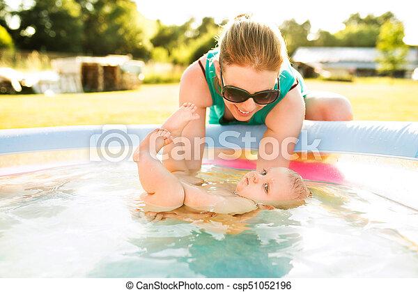 αγόρι , μικρός , δικός του , pool., μητέρα , μωρό , κολύμπι  - csp51052196