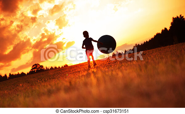 αγόρι , μικρός , ποδόσφαιρο , λιβάδι , παίξιμο  - csp31673151