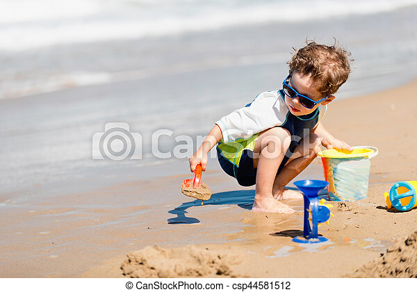 αγόρι , παραλία , παίξιμο  - csp44581512