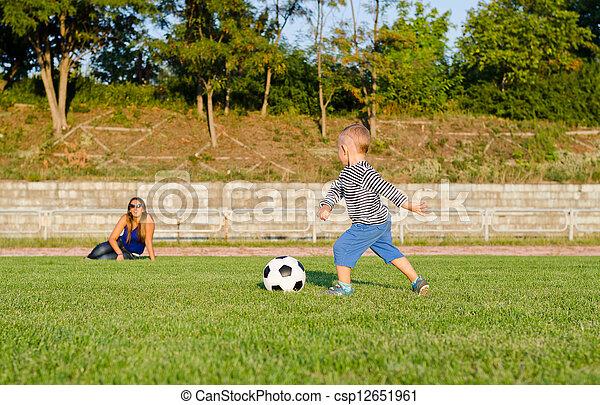 αθλητικός , μικρό , ποδόσφαιρο , παίξιμο , αγόρι  - csp12651961