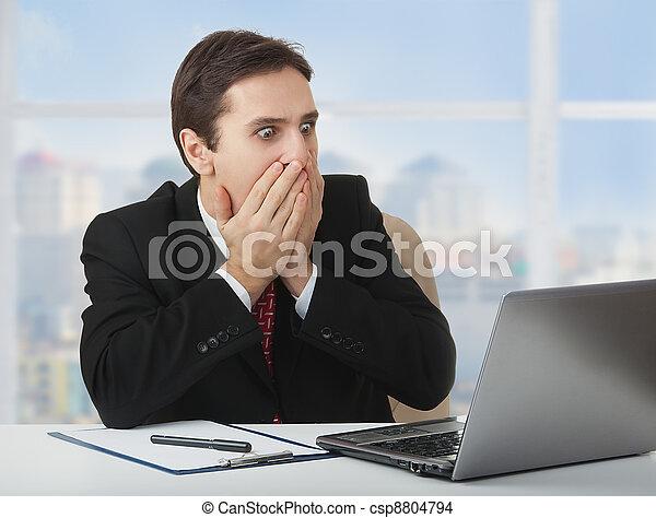 αναρωτιέμαι , δικός του , κάθονται , ανάμιξη επένδυση , laptop , ατενίζω , στόμα , γραφείο , επιχειρηματίας , φόβος , έντρομος , έκπληκτος  - csp8804794