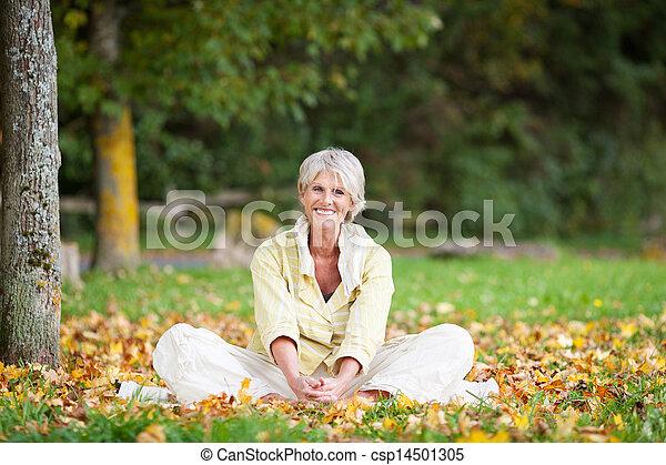ανώτερος γυναίκα , πάρκο , ανακουφίζω από δυσκοιλιότητα  - csp14501305