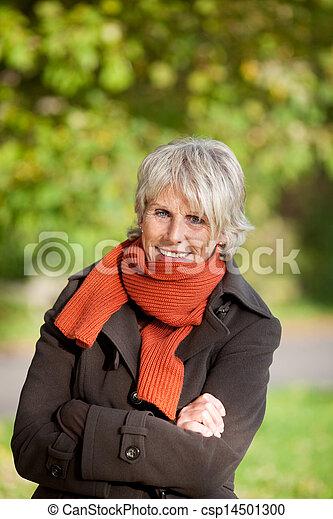 ανώτερος γυναίκα , πάρκο , τουρτούρισμα  - csp14501300