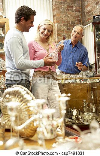 αρχαιοπωλείο , ζευγάρι , ψώνια  - csp7491831
