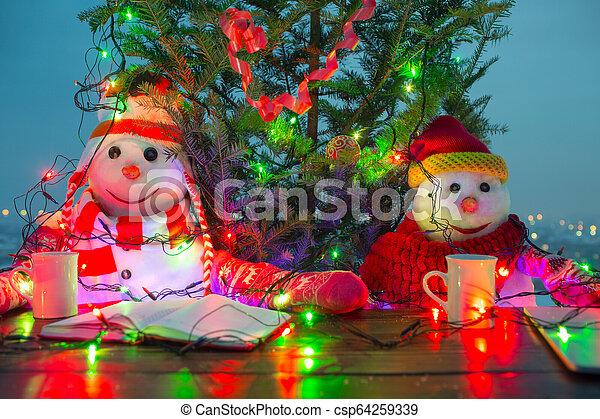 αστείος , ζεστός , αναπαυτικός , οικογένεια , κύπελο , smiles., καπέλο , δυο , xριστούγεννα , αόρ. του scarf , καρότο αιχμή , έτος , διακοπές χριστουγέννων. , καινούργιος , ευτυχισμένος , snowmen , concept., τραπέζι , πίνω  - csp64259339