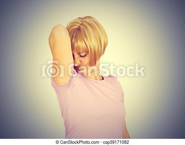 αυτήν , μασχάλη , νέος , αναρουφώ με ρουθούνια , γυναίκα , βρεγμένος , οσφραντικός  - csp39171082