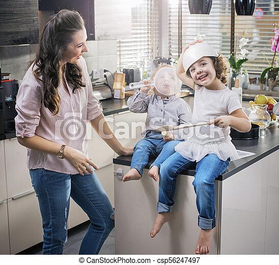 αυτήν , chherful, αγρυπνία , έχει , μαμά , αστείο , παιδιά , κουζίνα  - csp56247497