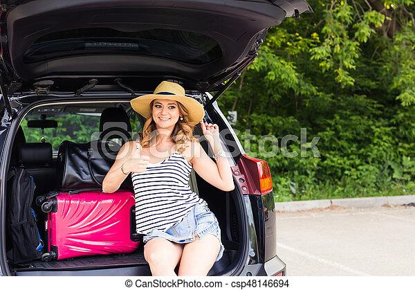 αφήνω , γυναίκα , αντίχειραs , κάθονται , σήμα , βαλίτσα , εκδήλωση , - , πάνω , ταξιδεύω , vacations., κιβώτιο , έτοιμος , τουρισμός , αυτοκίνητο  - csp48146694
