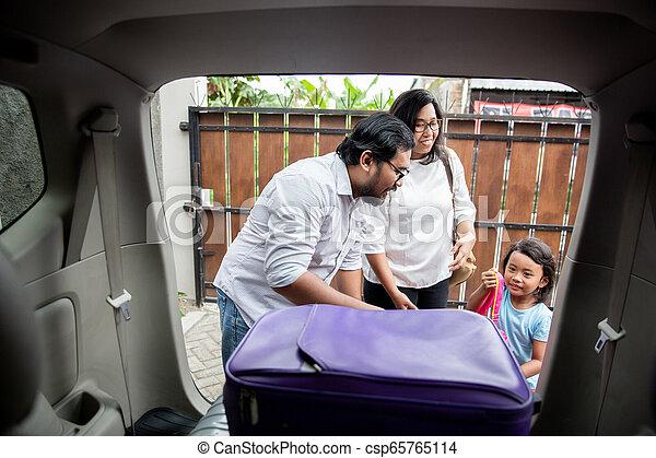 βάζω , άμαξα αυτοκίνητο κορμός , οικογένεια , βαλίτσα  - csp65765114