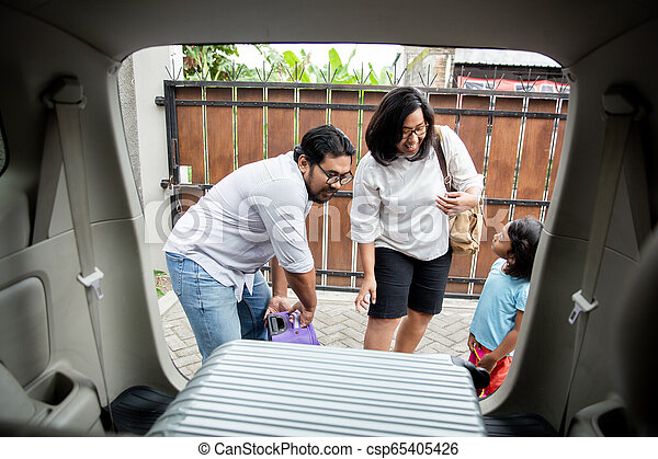 βάζω , άμαξα αυτοκίνητο κορμός , οικογένεια , βαλίτσα  - csp65405426