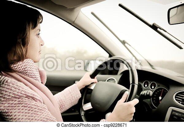 βροχή , άμαξα αυτοκίνητο γυναίκα , νέος , οδήγηση  - csp9228671