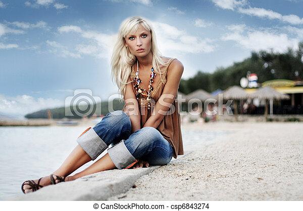 γυναίκα ανακουφίζω από δυσκοιλιότητα , όμορφος , παραλία  - csp6843274