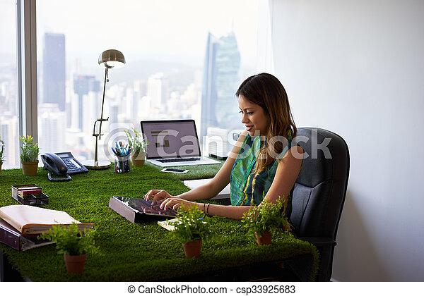 γυναίκα , γραφείο , δισκίο , περιβαλλοντολόγος , γραφείο , email , άνθρωπος  - csp33925683