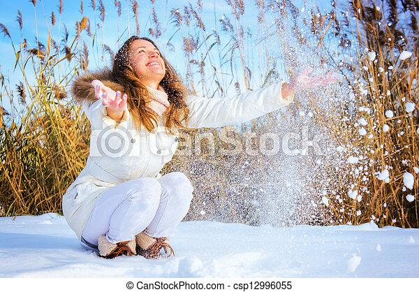 γυναίκα , παίξιμο , χιόνι  - csp12996055