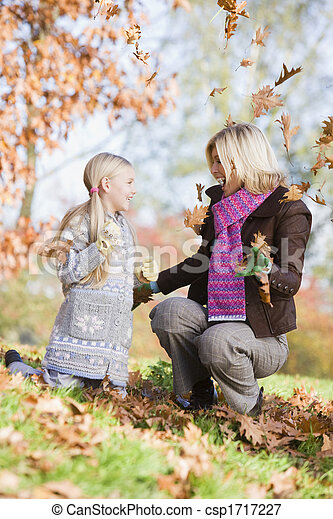 γυναίκα , φύλλα , focus), πάρκο , νέος , παίξιμο , έξω , (selective, ευθυμία δεσποινάριο  - csp1717227