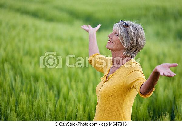 γυναίκα , ώριμος , ανακουφίζω από δυσκοιλιότητα , φύση  - csp14647316