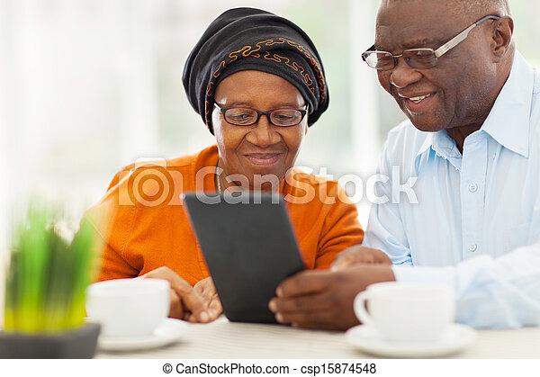 δισκίο , ζευγάρι , ηλικιωμένος , ηλεκτρονικός υπολογιστής , αφρικανός , χρησιμοποιώνταs  - csp15874548