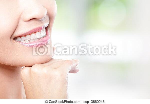εξαίσιος γυναίκα , νέος , πάνω , δόντια , κλείνω  - csp13660245