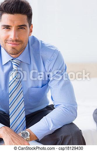 επιχειρηματίας , χαμογελαστά , φωτογραφηκή μηχανή , κρεβάτι , κάθονται  - csp18129430