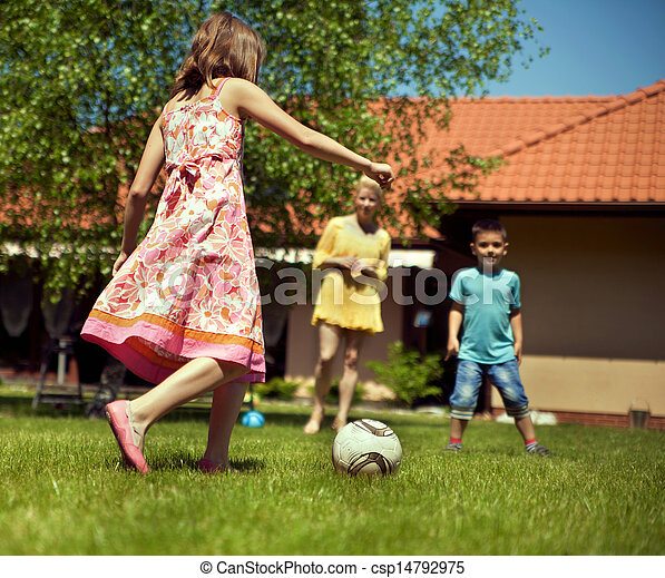 ευτυχισμένος , ποδόσφαιρο , κήπος , οικογένεια , παίξιμο  - csp14792975