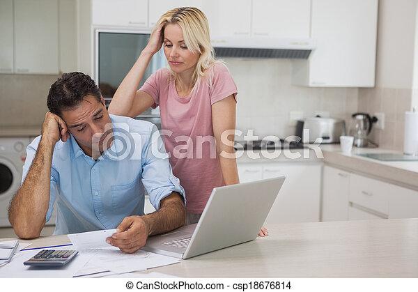 ζευγάρι , γραμμάτια , laptop , ατυχής , κουζίνα  - csp18676814