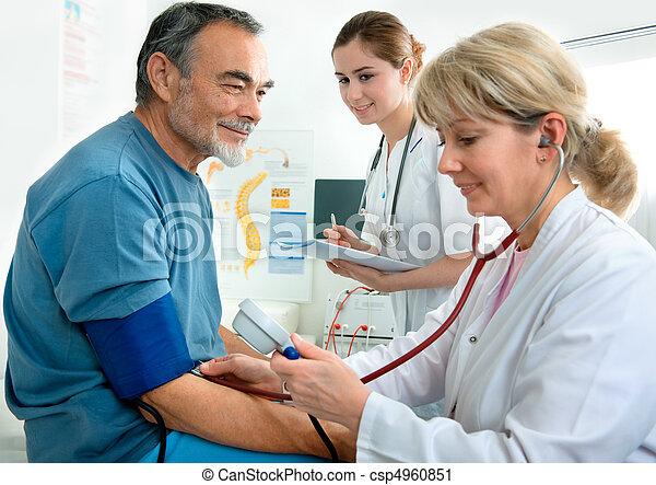 ιατρικός διαγώνισμα  - csp4960851