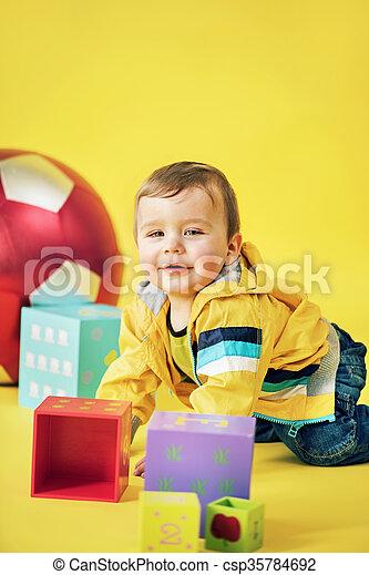 ιλαρός , αγόρι , παιχνίδι , παίξιμο , τούβλα  - csp35784692