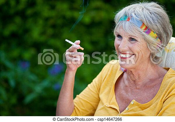 κάπνισμα , γυναίκα , ώριμος  - csp14647266
