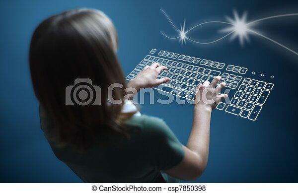 κορίτσι , δακτυλογραφία , κατ' ουσίαν καίτοι όχι πραγματικός , πληκτρολόγιο  - csp7850398