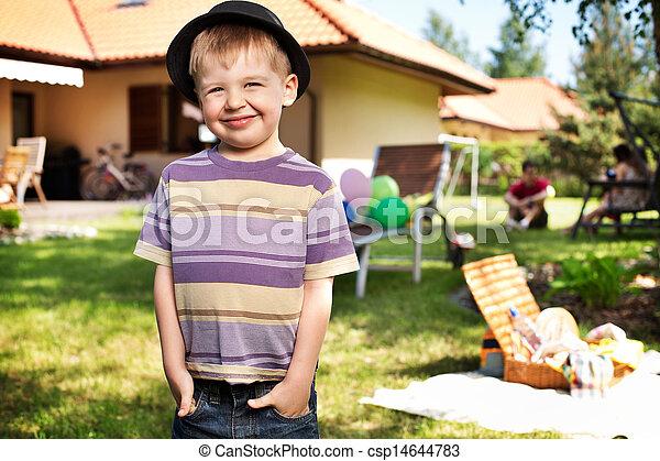 κουραστικός , χαριτωμένος , μικρό αγόρι , μικρό , καπέλο  - csp14644783