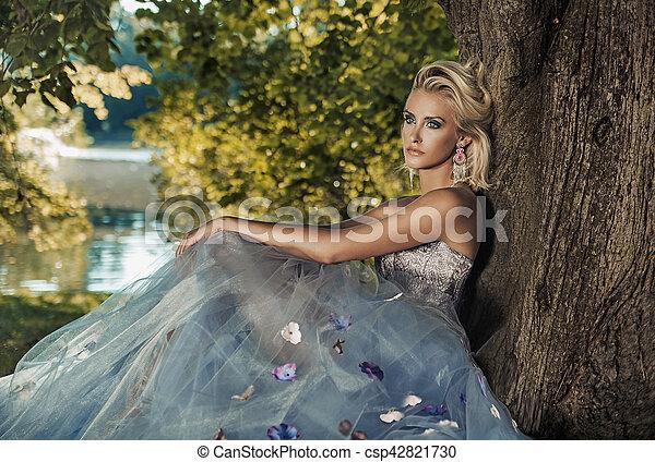 κυρία , δέντρο , νέος , ξανθή , κλίση  - csp42821730