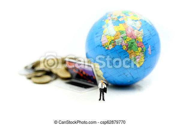 κόσμοs , concept., επιχειρηματίας , οικονομία , οικονομικός , επένδυση , θημωνιά , φόντο ,  είδος μικρού αυτοκινήτου , κέρματα , χρήματα , laptop , επιχείρηση , μινιατούρα , people: - csp62879770