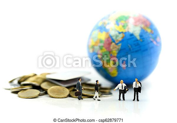 κόσμοs , concept., επιχειρηματίας , οικονομία , οικονομικός , επένδυση , θημωνιά , φόντο ,  είδος μικρού αυτοκινήτου , κέρματα , χρήματα , laptop , επιχείρηση , μινιατούρα , people: - csp62879771