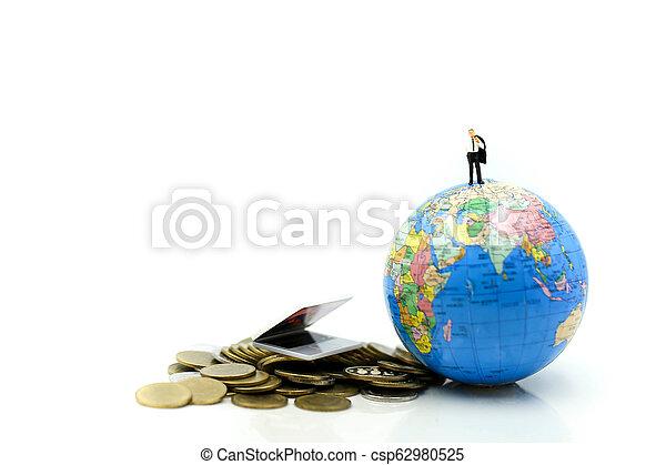 κόσμοs , concept., επιχειρηματίας , οικονομία , οικονομικός , επένδυση , θημωνιά , φόντο ,  είδος μικρού αυτοκινήτου , κέρματα , χρήματα , laptop , επιχείρηση , μινιατούρα , people: - csp62980525
