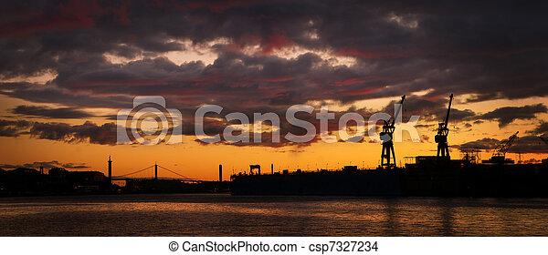 λιμάνι , γραμμή ορίζοντα , βράδυ  - csp7327234