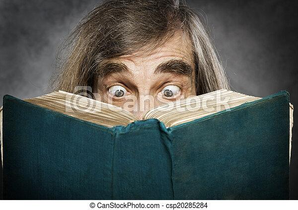 μάτια , γριά , ανοιχτό βιβλίο , καταπληκτικός , αρχαιότερος , διάβασμα , άντραs , έκπληκτος  - csp20285284