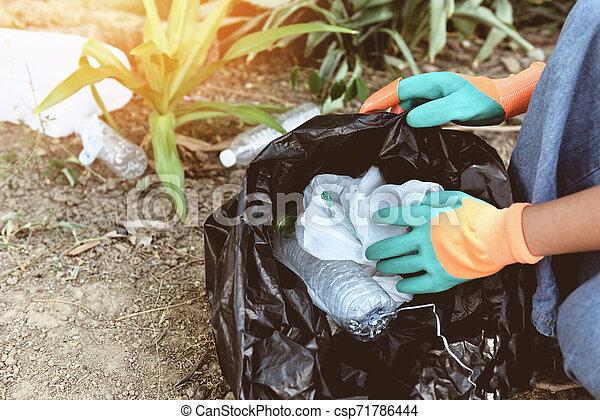 μερίδα φαγητού , εθελοντές , βοήθεια , σκουπίδια , φύση , πάρκο , - , ανακύκλωση , άνθρωποι , πάνω , διατηρώ , περιβάλλον , μείωση , καθαρός , συλλογή , σπατάλη , μέθοδος  - csp71786444