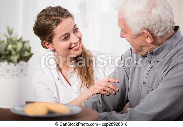 μερίδα φαγητού , ηλικιωμένος ακόλουθοι  - csp28928818