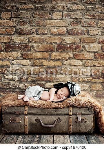 μικρός , βαλίτσα , πιλότοs , κοιμάται  - csp31670420