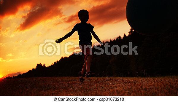μικρό , αγόρι , μπάλα , αναξιόλογος αγρός  - csp31673210