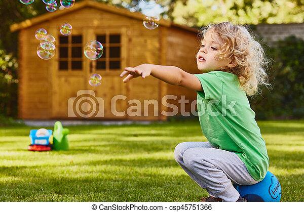 μικρό , αγόρι , παίξιμο , κήπος  - csp45751366