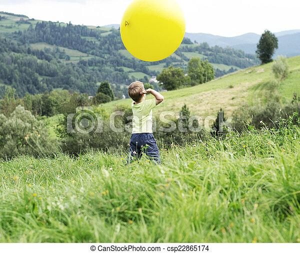 μικρό , αγόρι , balloon, παίξιμο , πελώρια  - csp22865174