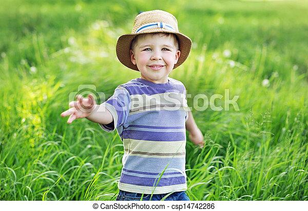 μικρό , παίξιμο , πορτραίτο , αγόρι , χαριτωμένος , λιβάδι  - csp14742286