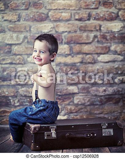 μικρό , παιδί , παίξιμο , βαλίτσα  - csp12506928